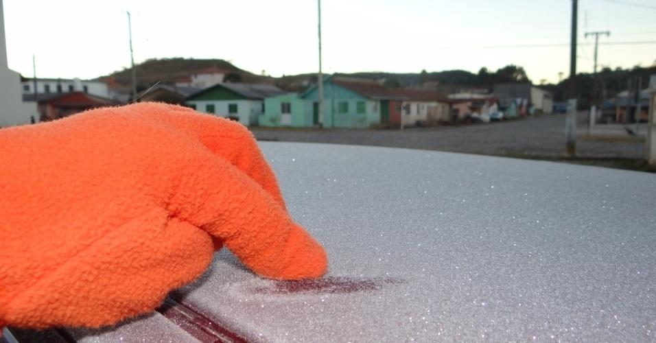 9.mai.2013 - Gelo cobre teto de carro na manhã desta quinta-feira (9), em Urupema (SC). Os termômetros da cidade, conhecida como a mais fria do país, registraram a mínima de -5,3ºC por volta das 6h da manhã