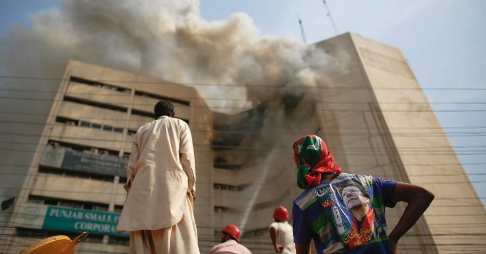 9.mai.2013 - Incêndio atinge prédio da cidade de Lahore, no leste do Paquistão, nesta quinta-feira (9). Pelo menos duas pessoas morreram após se jogar do prédio em chamas, informou à Agência EFE uma fonte policial. Trinta pessoas conseguiram se livrar do fogo ao subir para o terraço do edifício, onde foram resgatados por helicópteros