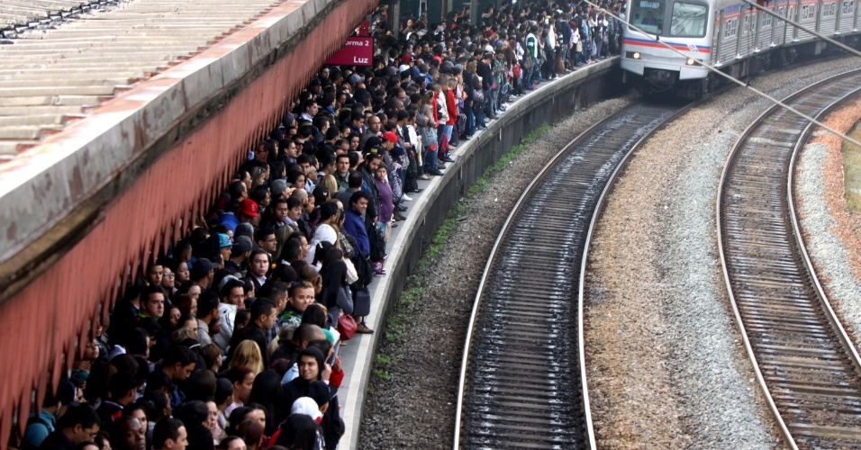 9.mai.2013 - Multidão aguarda os trens na estação Jaraguá da CPTM (Companhia Paulista de Trens Metropolitanos), na zona norte de São Paulo, na manhã desta quinta-feira (9), por causa de problemas na Linha 7-Rubi da CPTM