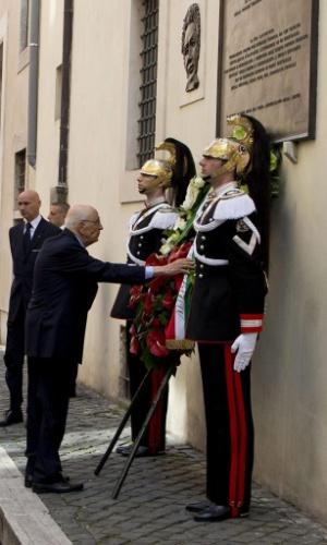 9. mai.2013 - O presidente italiano, Giorgio Napolitano, coloca una corona de flores debaixo de uma placa durante missa celebrada pelo aniversário da morte do ex-primeiro-ministro italiano Aldo Moro, em Roma, na Itália. Moro foi sequestrado em março de 1978 pelas Brigadas Vermelhas, movimento armado de extrema-esquerda, e assassinado 55 dias após o sequestro