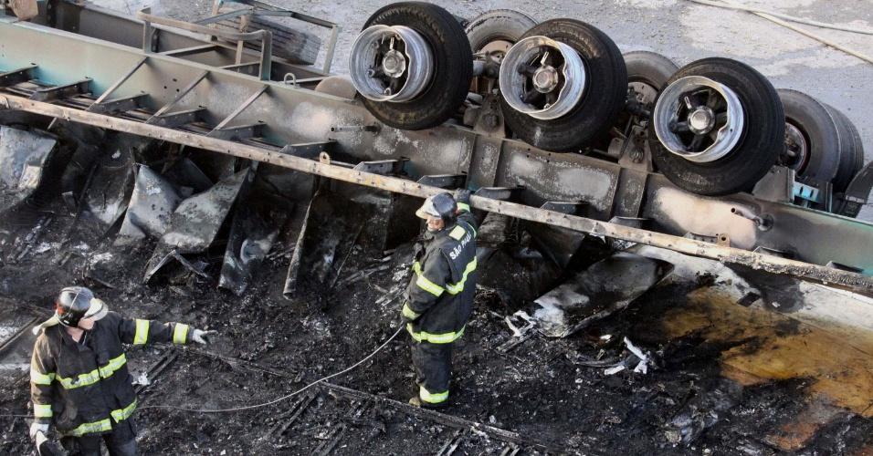 9.mai.2013 - Uma carreta tombou e pegou fogo na rodovia Régis Bittencourt, em Itapecerica da Serra (SP), após se envolver em acidente com dois carros na manhã desta quinta-feira (9). Uma pessoa morreu e outra ficou ferida, informou a Polícia Rodoviária Federal. A carreta ficou atravessada na pista e o tráfego de veículos foi bloqueado, por volta das 6h30, na altura do km 285 no sentido São Paulo, provocando congestionamento. A pista já foi liberada