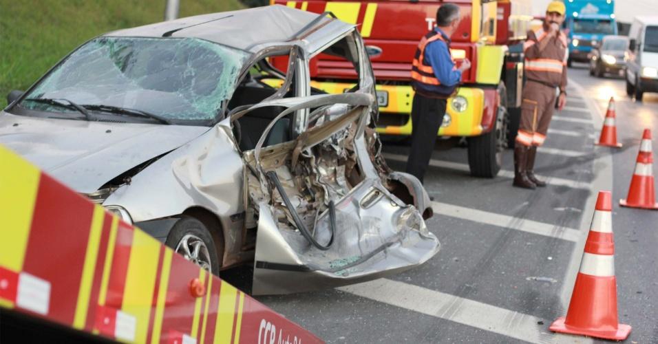 9.amai.2013 - Um jovem com cerca de 20 anos morreu na tarde desta quinta-feira (9) em um acidente, no acesso à rodovia dos Bandeirantes, na zona norte de São Paulo. A vítima estava com o pai, quando os dois pararam devido a uma problema mecânico no carro. O veículo foi atingido por um caminhão. O filho, que estava na frente do carro quando o caminhão bateu e arrastou o veículo, foi atropelado. A vítima chegou a ser levada a um pronto-socorro de Osasco, mas não resistiu aos ferimentos