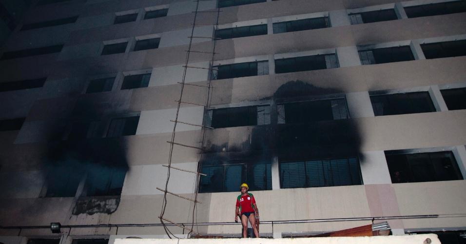 9.mai.2013 - Bombeiro trabalha nesta quinta-feira (9) para controlar incêndio em fábrica de roupas do grupo Tung Hai, no distrito industrial de Dacca, em Bangladesh. De acordo com a Reuters, ao menos oito pessoas morreram no local
