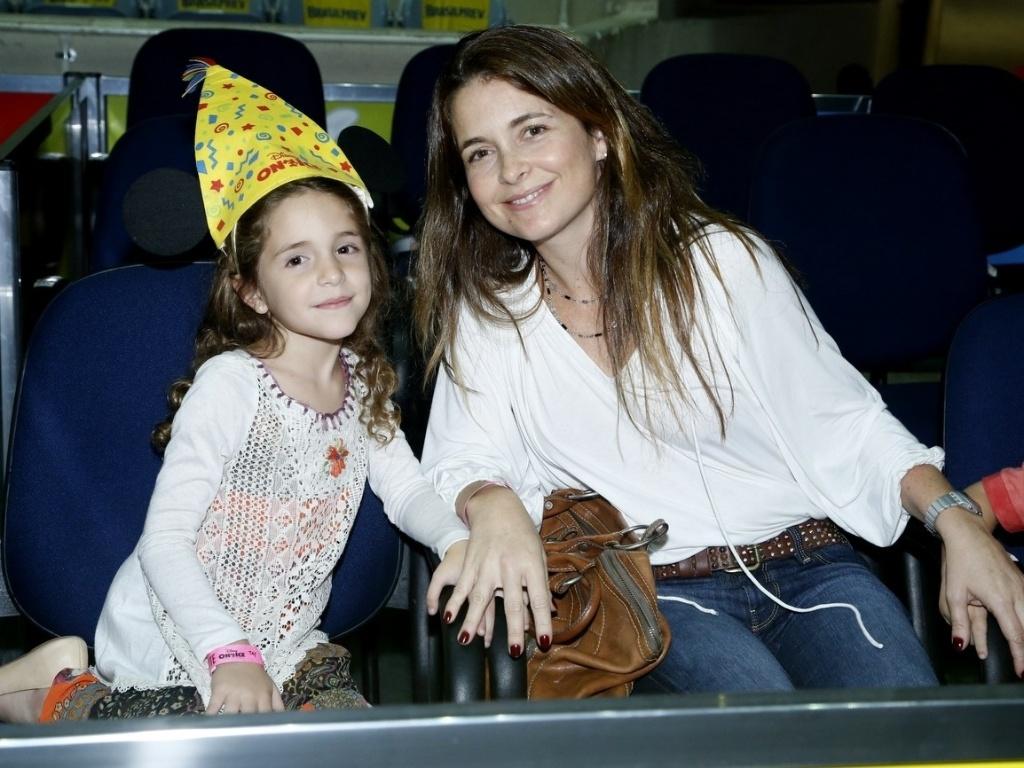 9.mai.2013 - Claudia Abreu levou a filha, Felipa, para assistir a um espetáculo de patinação no gelo, no Rio