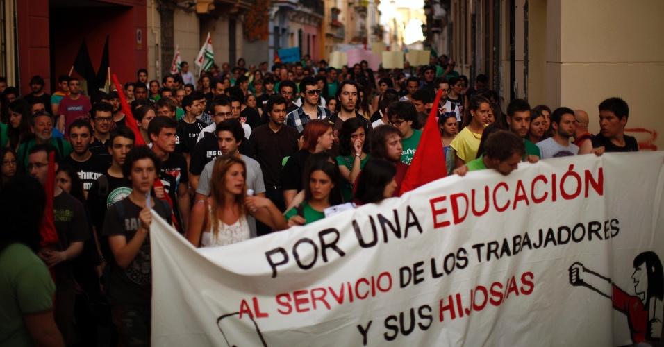 """9.mai.2013 - Estudantes protestam contra medidas de austeridade do governo espanhol, que cortou custos da educação no país, em Málaga. No cartaz, lê-se """"Por uma educação a serviço dos trabalhadores e seus filhos"""". Os sindicatos de professores e os estudantes convocaram para esta quinta-feira (9) um dia de greve no ensino contra os cortes e a proposta de reforma da educação. O movimento teve a adesão de 20% de alunos e mestres, de acordo com o governo, e de 70%, segundo os sindicatos"""