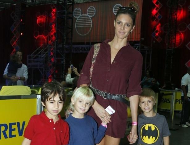 9.mai.2013 - Fernanda Lima levou os filhos, João e Francisco, para assistirem a um espetáculo de patinação no gelo, no Rio
