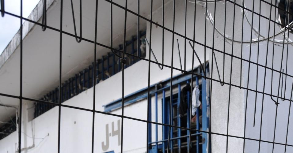 9.mai.2013 - Grades aparemente remendada separa pavilhões do presídio Urso Branco, em Rondônia. A Comissão de Direitos Humanos da Ordem dos Advogados do Brasil, seccional de Rondônia, investiga supostas irregularidades no local, que há 11 anos foi palco de uma chacina que resultou na morte de 30 presos e, atualmente, abriga mais de 700 homens. Entidades acreditam que a unidade penitenciária pode se transformar no novo Carandiru