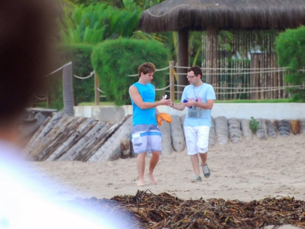 9.mai.2013 - Jonatas Faro fez ensaio para uma grife de roupas masculinas na praia dos Carneiros, litoral sul de Pernambuco