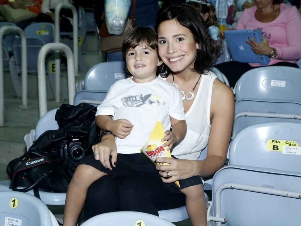 9.mai.2013 - Juliana Knust levou o filho, Matheus, para assistir a um espetáculo de patinação no gelo, no Rio