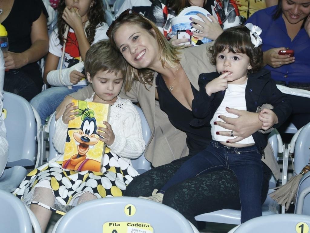 9.mai.2013 - Luiza Valdetaro levou a filha, Maria Luísa, para assistir a um espetáculo de patinação no gelo, no Rio