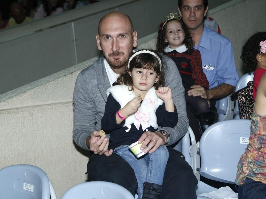 9.mai.2013 - Nalbert levou a filha, Rafaela, para assistir a um espetáculo de patinação no gelo, no Rio
