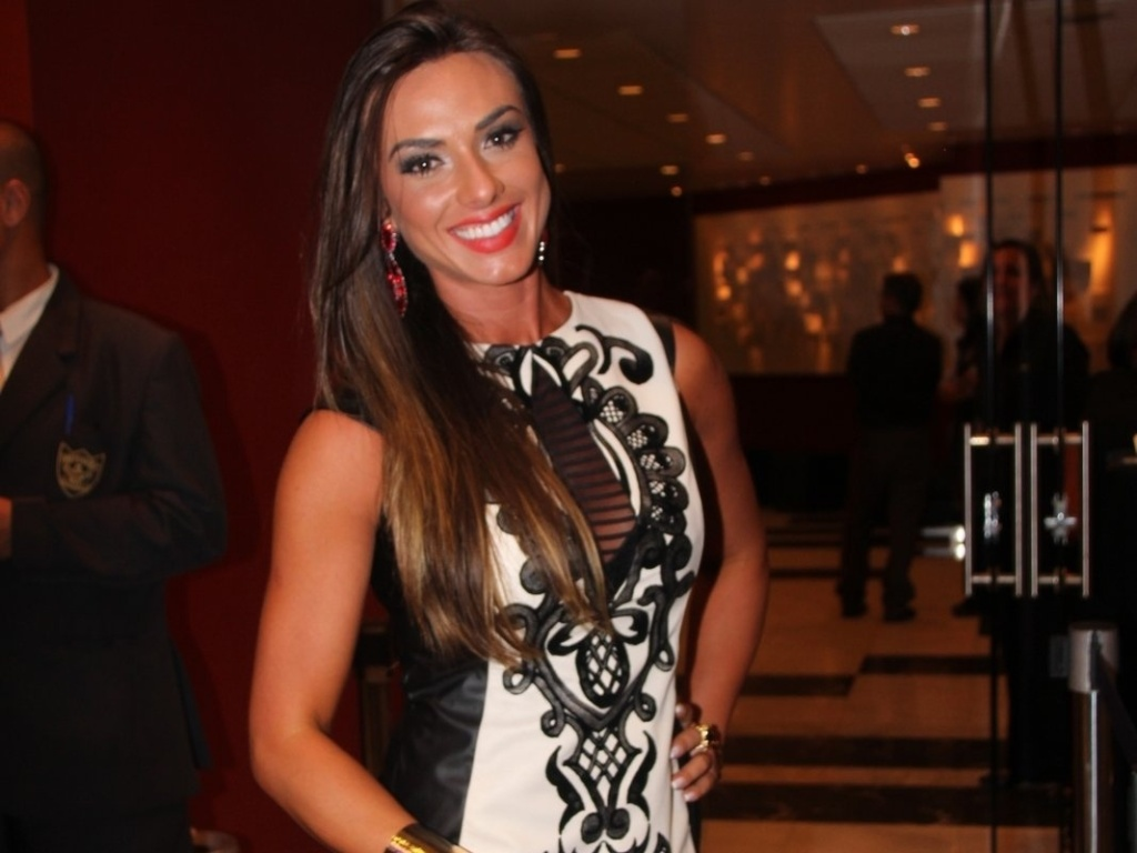 9.mai.2013 - Nicole Bahls prestigiou a estreia para convidados da pea 