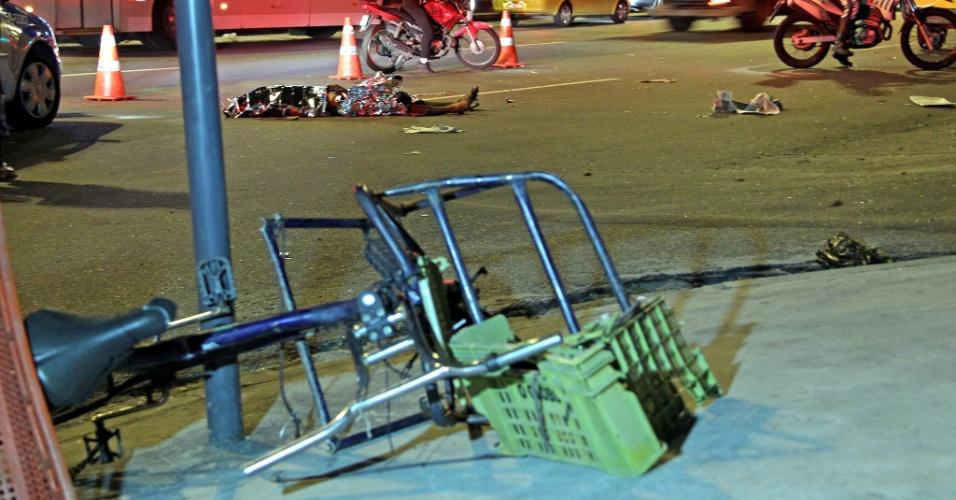 9.mai.2013 - O ciclista Marco Aurélio dos Santos, de 19 anos, morreu atropelado por um ônibus na Avenida Dom Hélder Câmara, em Pilares, zona norte do Rio de Janeiro. Ele teria invadido a pista repentinamente no momento em que o coletivo da linha 371 (Praça Seca x Tiradentes) trafegava na pista. O motorista do ônibus prestou socorro, depôs no 24ª DP (Piedade) e foi liberado