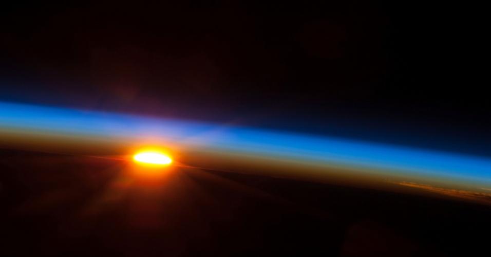 9.mai.2013 - O Sol começa a despontar sobre o oceano Pacífico nesta imagem feita pelos membros da missão 35 da Estação Espacial Internacional, na manhã do último dia 5 de maio