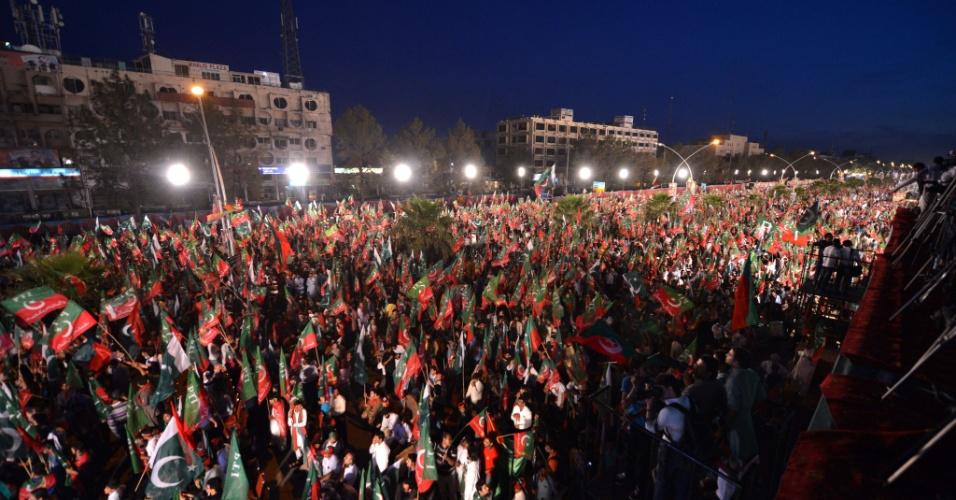 9.mai.2013 - Partidários do ex-jogador de cricket Imran Khan lotam rua de Islamabad, no Paquistão, para ouvir o último discurso do candidato transmitido por um telão, a dois dias das eleições legislativas que marca a transição democrática do país