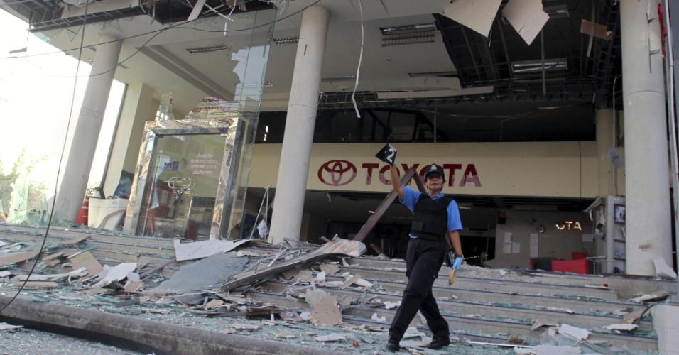 9.mai.2013 - Policial forense analisa local onde uma bomba explodiu em Pattani, na Tailândia, nesta quinta-feira (9), sem deixar feridos. O artefato, de fabricação caseira, foi colocado na porta de uma concessionária de veículos supostamente por insurgentes separatistas. A polícia também encontrou uma bomba em outro estabelecimento próximo