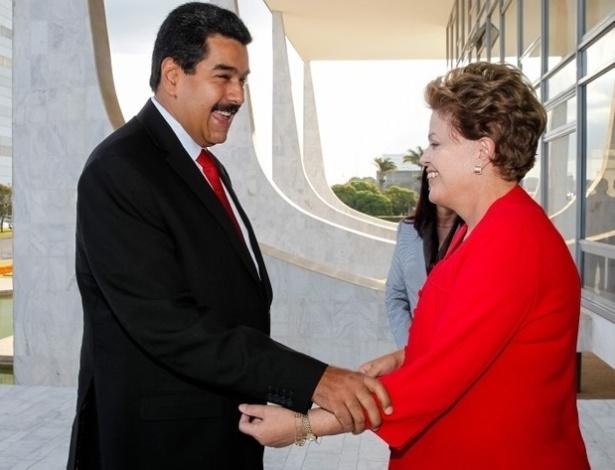 9.mai.2013 - Presidente Dilma Rousseff recebe seu homólogo na Venezuela, Nicolás Maduro durante cerimônia oficial no Palácio da Alvorada