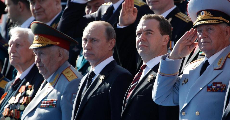 9.mai.2013 - Presidente russo, Vladimir Putin (fileira de baixo, ao centro), e primeiro-ministro Dmitry Medvedev (à direita de Putin) acompanham a Parada da Vitória na Praça Vermelha, em Moscou, Rússia