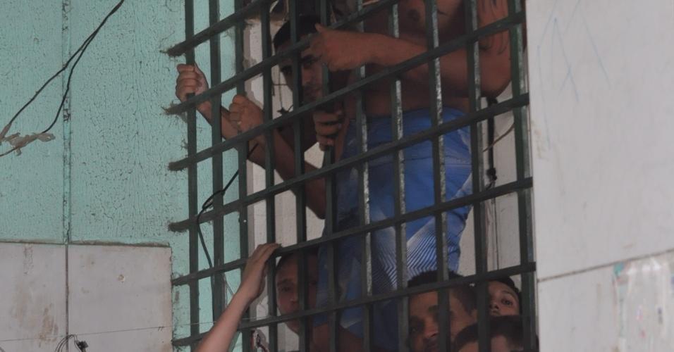 9.mai.2013 - Presos se amontoam dentro de cela no presídio Urso Branco, em Rondônia. A Comissão de Direitos Humanos da Ordem dos Advogados do Brasil, seccional de Rondônia, investiga supostas irregularidades no local, que há 11 anos foi palco de uma chacina que resultou na morte de 30 presos e, atualmente, abriga mais de 700 homens. Entidades acreditam que a unidade penitenciária pode se transformar no novo Carandiru