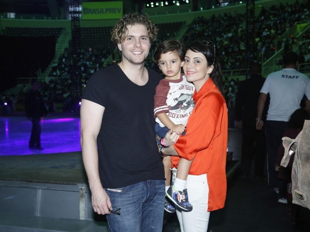 9.mai.2013 - Thiago Fragoso levou o filho, Benjamin, para assistir a um espetáculo de patinação no gelo, no Rio. O ator estava acompanhado também da mulher, Mariana