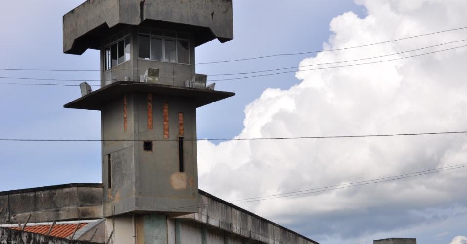 9.mai.2013 - Torre de vigia de presídio Urso Branco, em Rondônia, é vista aparentemente abandonada. A Comissão de Direitos Humanos da Ordem dos Advogados do Brasil, seccional de Rondônia, investiga supostas irregularidades no local, que há 11 anos foi palco de uma chacina que resultou na morte de 30 presos e, atualmente, abriga mais de 700 homens. Entidades acreditam que a unidade penitenciária pode se transformar no novo Carandiru