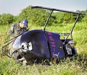 9.mai.2013 - Um helicóptero de instrução modelo R-22 realizou um pouso forçado dentro do Parque Ecológico do Tietê, na zona leste da capital, durante a tarde desta quinta feira (9). Não houve vítimas, segundo o Corpo de Bombeiros