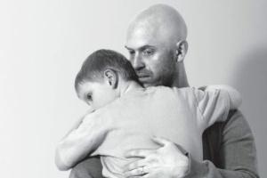 Alex Smith abraça seu filho Harrison, de seis anos, que tem rara doença genética degenerativa