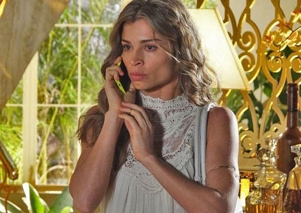 """Em """"Flor do Caribe"""", Ester ameaça chamar a polícia para Alberto"""