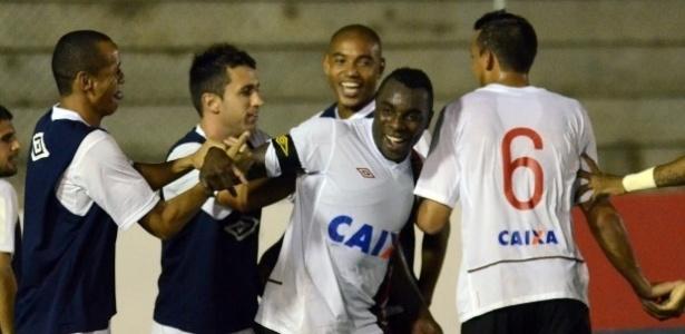 Jogadores do Atlético-PR comemoram gol em vitória diante do América-RN (09/05/2013)