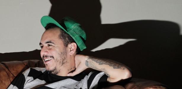 """Marcelo D2 concede entrevista sobre disco """"Nada Pode Me Parar"""" na Galeria Ouro Fino, em São Paulo"""