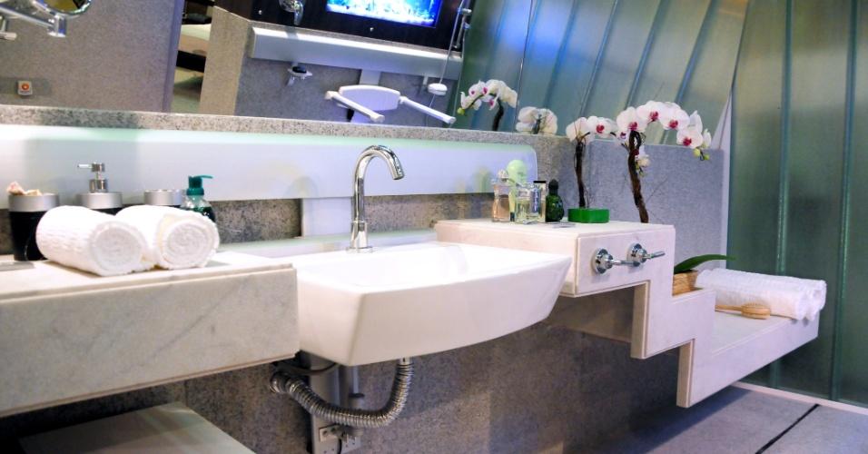 Neste outro banheiro idealizado por Robson Gonzales para a Mostra Casa e Corporativo Acessíveis, o destaque fica para a bancada em diferentes alturas. No ambiente, o lavatório possui sistema de ajuste de altura para se adaptar a vários perfis