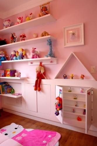 Neste quarto de menina, idealizado por Cris Schiavoni, as prateleiras mais baixas para os brinquedos de maior uso dão autonomia à criança