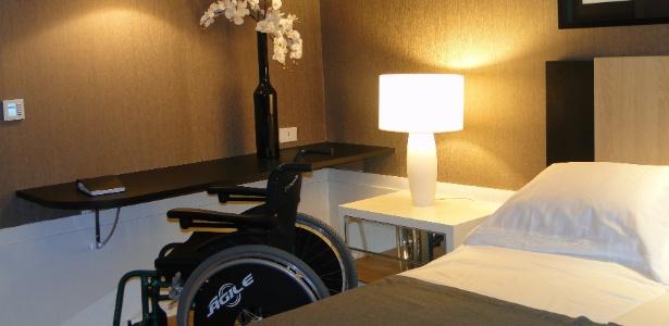 No projeto de Robson Gonzales, a bancada com vão livre de 0,73 m permite o encaixe da cadeira de rodas