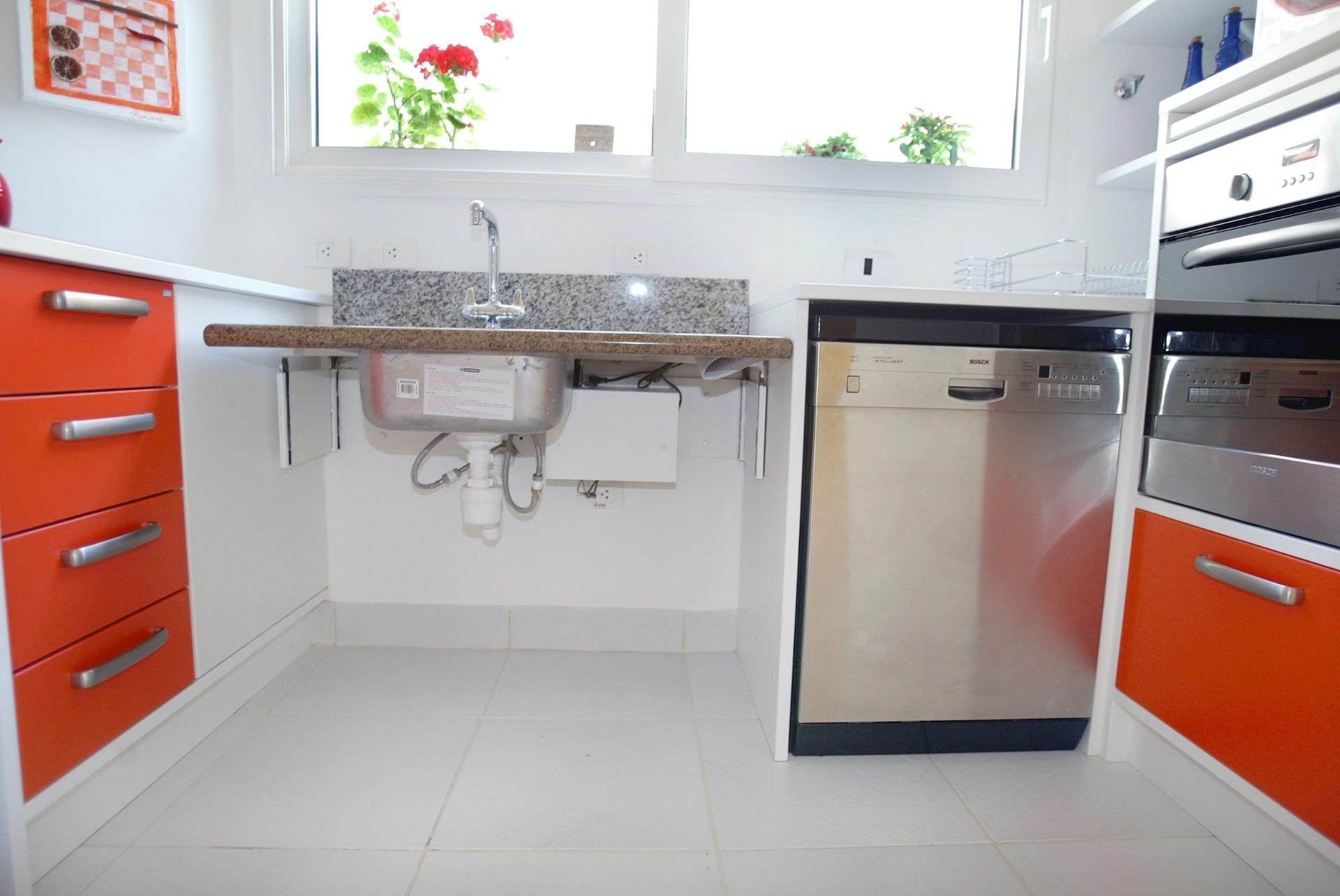 cozinha assinado pela profissional Sandra Perito previu o tampo da  #B43817 1920 1284