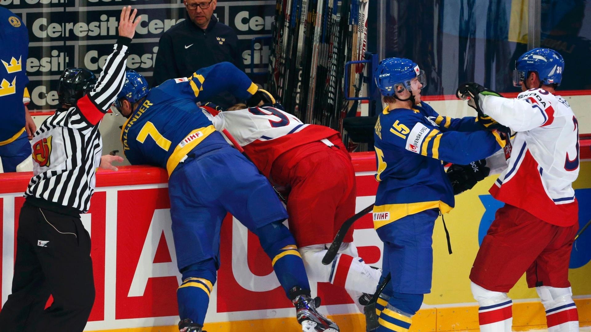 04.mai.2013 - Árbitro tenta conter briga entre jogadores de Suécia (azul) e República Tcheca, durante partida pelo Mundial de hóquei no gelo