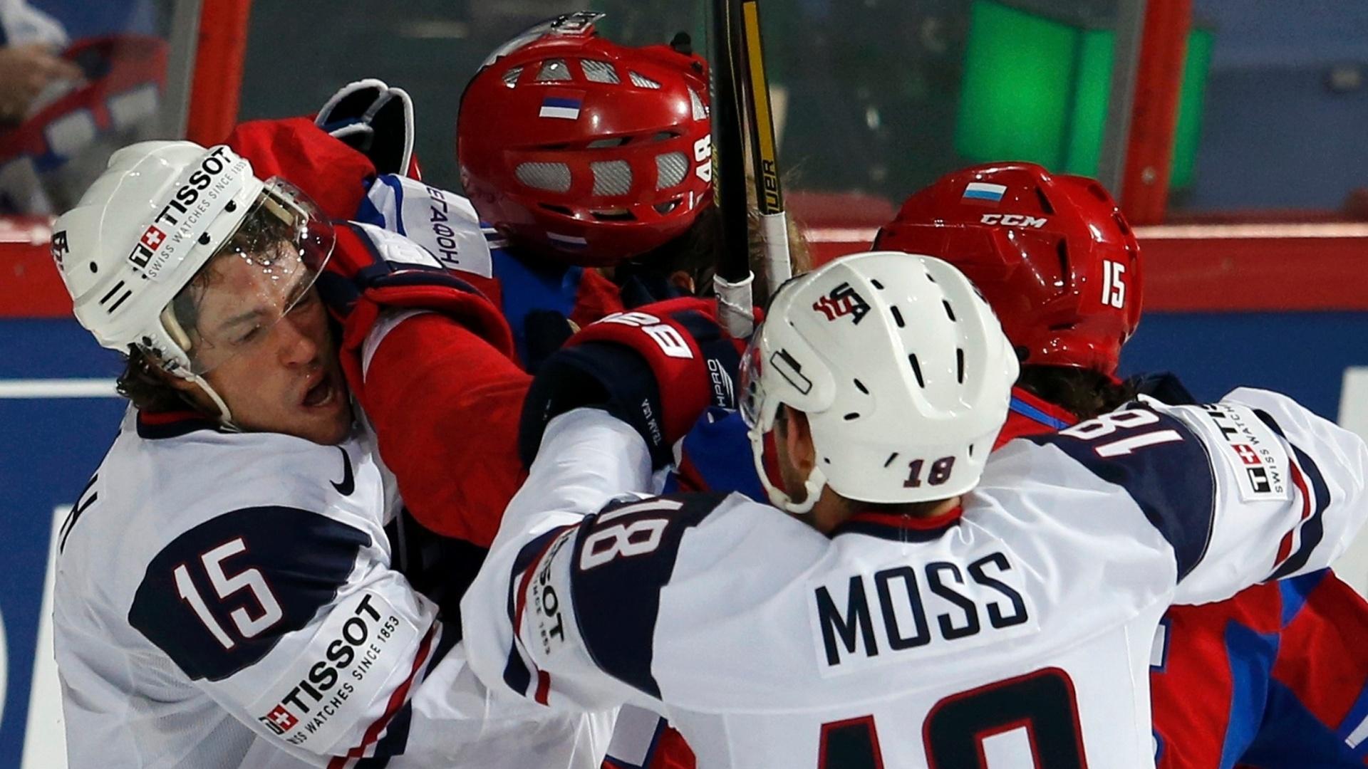 07.mai.2013 - Craig Smith (esq) e David Moss, dos Estados Unidos, partem para a porrada contra jogadores da Rússia, durante partida pelo Mundial de hóquei no gelo
