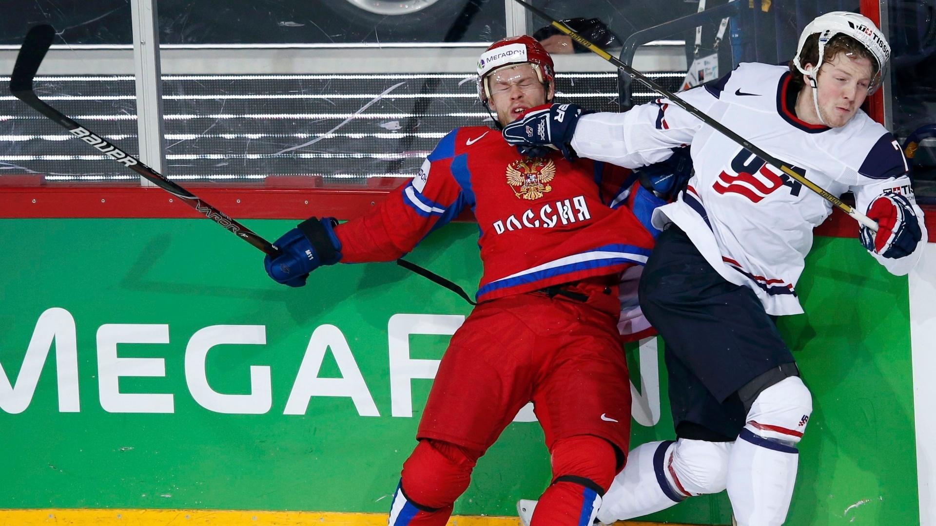 07.mai.2013 - Denis Kokarev (esq), da Rússia, se enrosca com Danny Kristo, dos Estados Unidos, durante partida pelo Mundial de hóquei no gelo