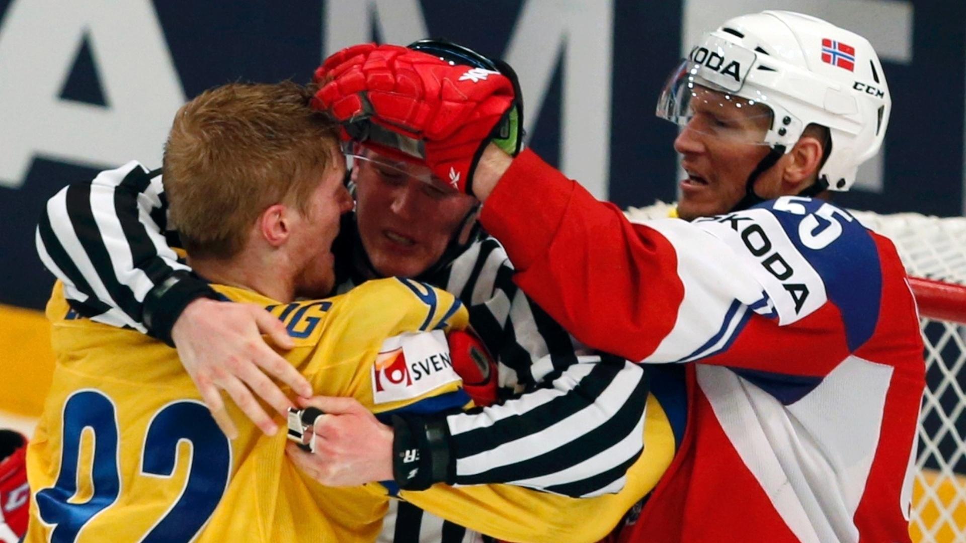 08.mai.2013 - Árbitro tenta separar briga entre Gabriel Landeskog (esq), da Suécia, e Ole-Kristian Tollefsen, da Noruega, durante partida pelo Mundial de hóquei no gelo