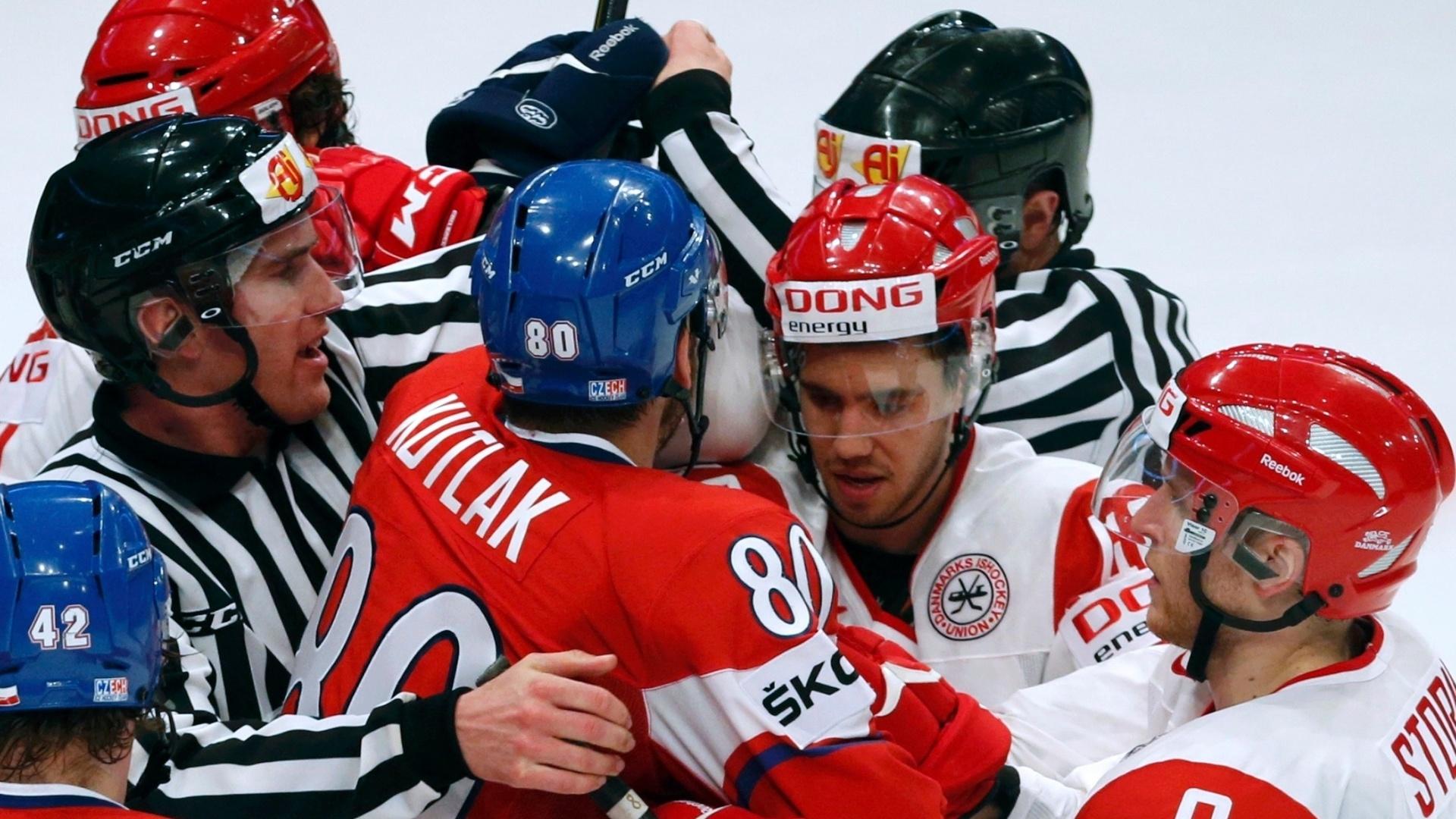 09.mai.2013 - Árbitros tentam interromper briga generalizada entre jogadores de República Tcheca e Dinamarca, durante partida pelo Mundial de hóquei no gelo