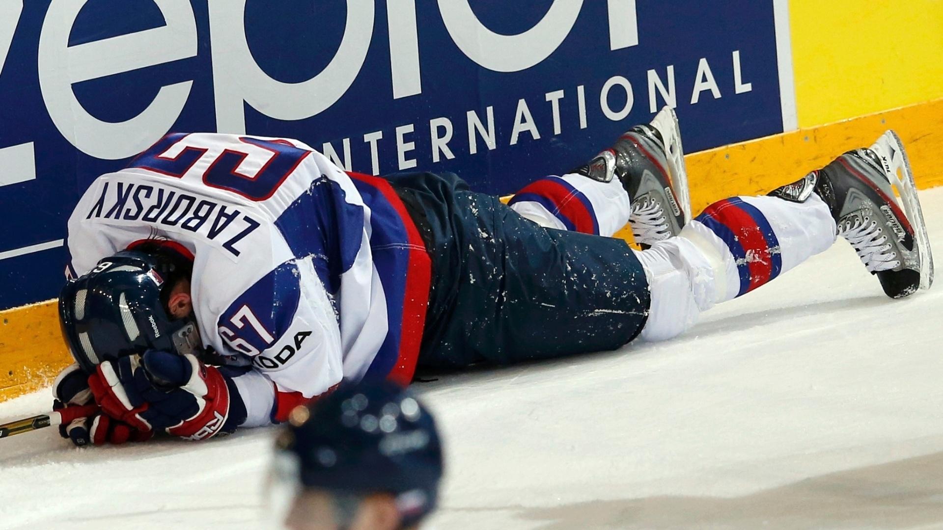 09.mai.2013 - Tomas Zaborsky, da Eslováquia, fica cheio de dores após levar pancada contra a Lituânia, durante partida pelo Mundial de hóquei no gelo