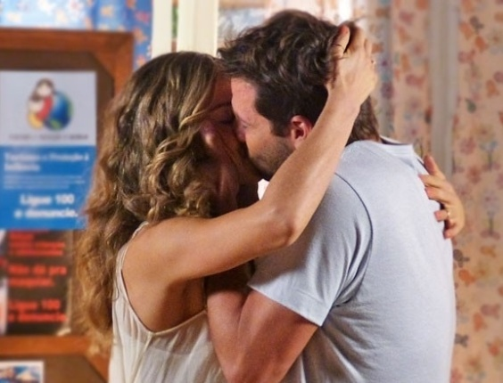 """10.mai.2013 - Em """"Flor do Caribe"""", Ester beija Cassiano após retorno do piloto"""