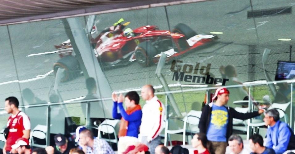 10.mai.2013 - Imagem da Ferrari de Felipe Massa é refletida em vidro no circuito de Barcelona