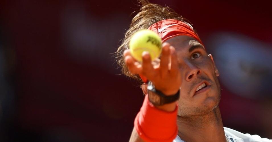 10.mai.2013 - Rafael Nadal se prepara para saque na vitória de virada contra o compatriota David Ferrer