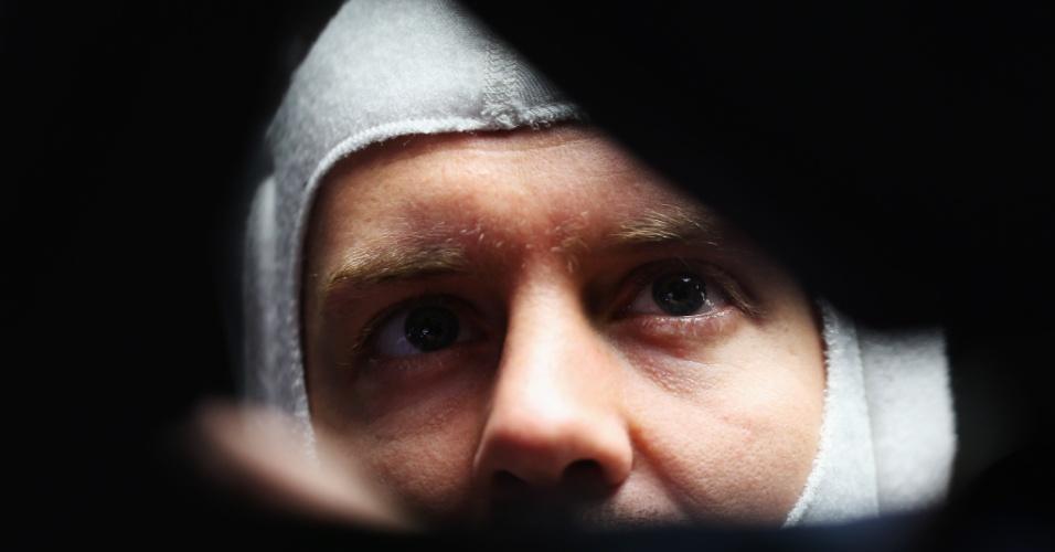 10.mai.2013 - Sebastian Vettel se prepara para entrar na pista de Barcelona nos treinos livres para o GP da Espanha