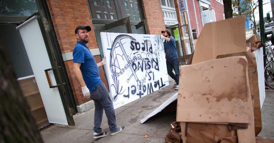 1.mai.2013 - Homens removem arte danificada pelo furacão Sandy de galeria em Nova York. Moradores da região que perderam telas e outros tipos de arte tiveram de se tornar especialistas no mundo dos seguradores, restauradores e conservadores de obras de arte