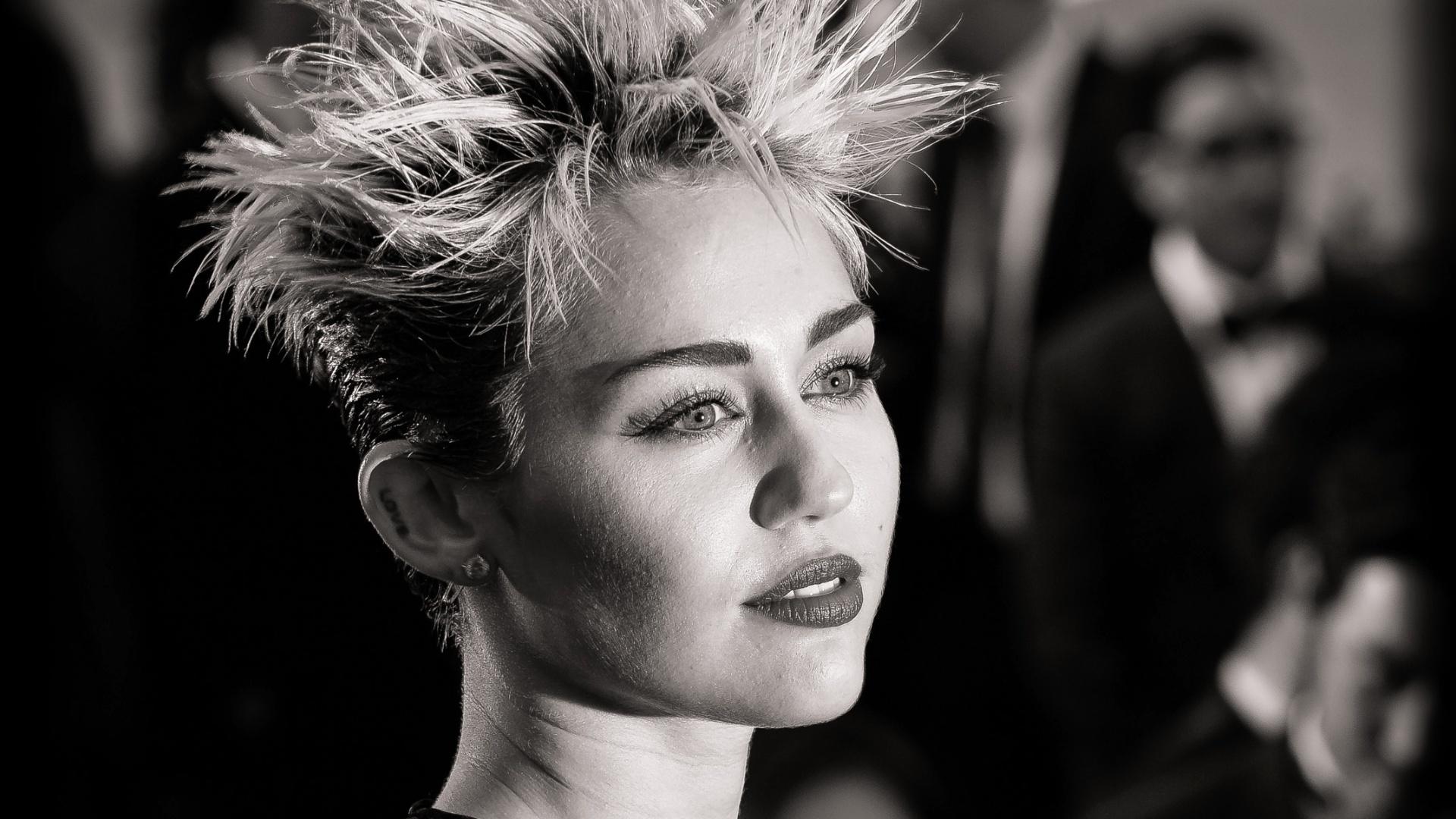 6.mai.2013 - Miley Cyrus no tapete vermelho do baile de gala do MET, em Nova York