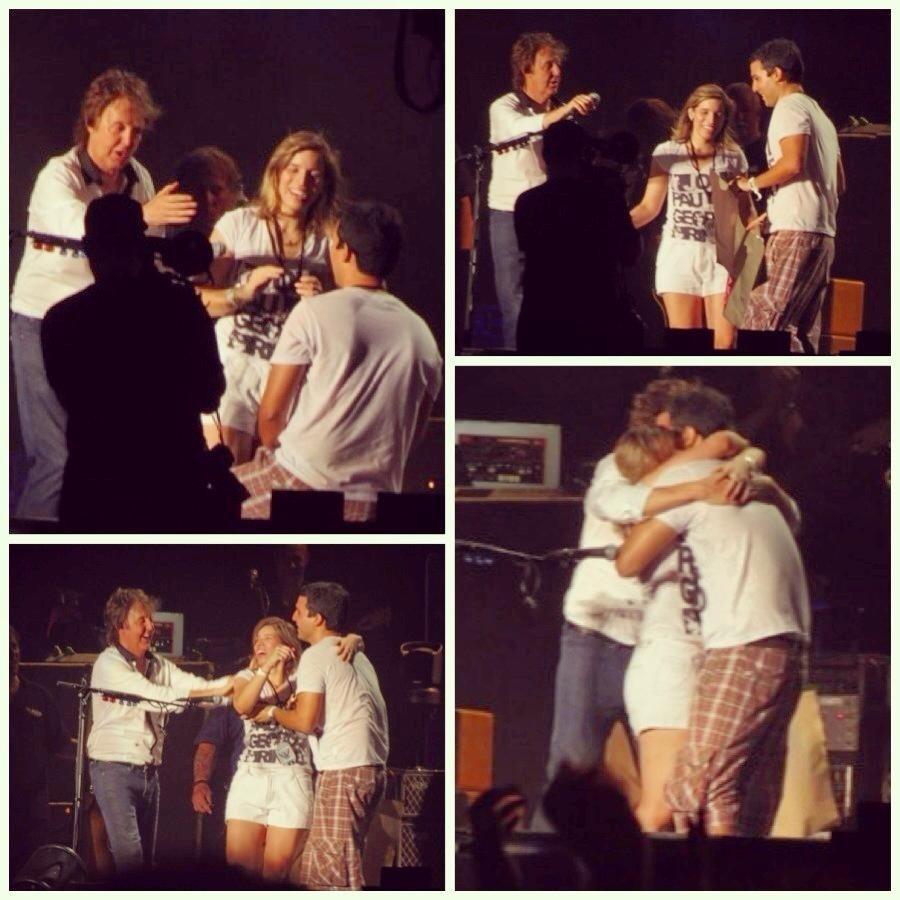 9.mai.2013 - Casal Kenzo e Caroline consegue subir ao palco para fazer o pedido de casamento apadrinhado pelo cantor Paul McCartney durante último show no Brasil da Turnê