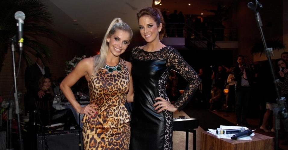 9.mai.2013 - Karina Bacchi e Ticiane Pinheiro posam juntas durante jantar beneficente da ONG Florescer, administrada pela mãe de Karina