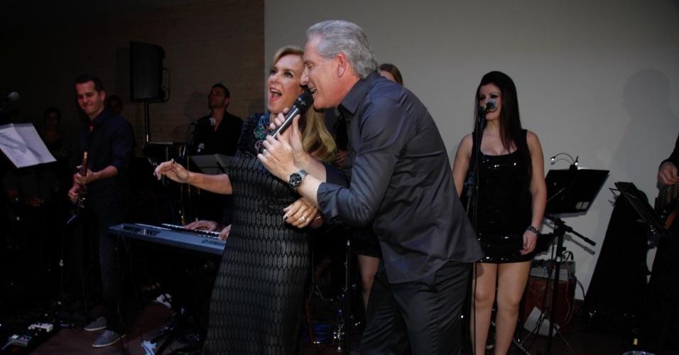9.mai.2013 - Roberto Justus canta com a sogra Helô Pinheiro durante jantar beneficente da ONG Florescer, da mãe da atriz Karina Bacchi