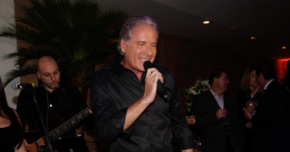 9.mai.2013 - Roberto Justus canta com sua banda durante jantar beneficente da ONG Florescer, da mãe da atriz Karina Bacchi